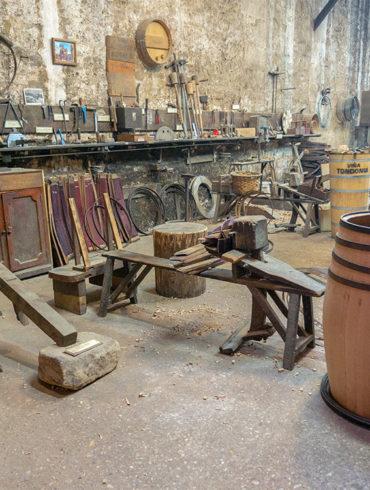 Weinwerkstatt mit verschiedenen Utensilien