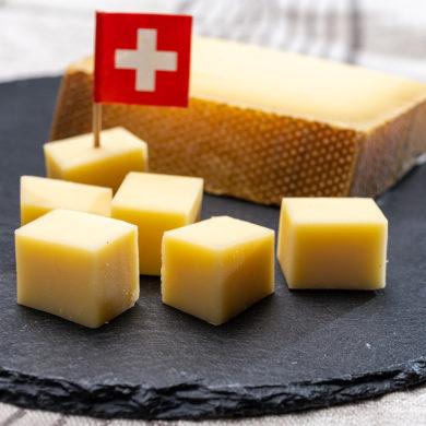 Gruyère-Käsewürfel auf Schieferplatte