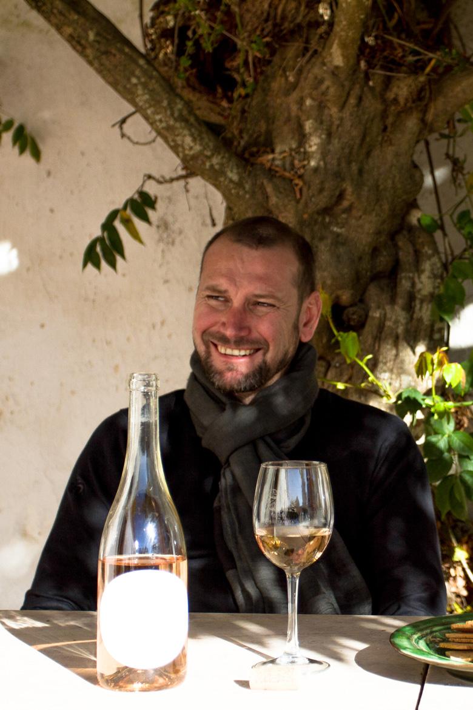 Mann sitzt an Tisch mit Wein - Quinta da Boa Esperança