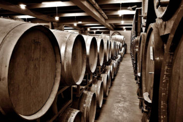 Weinkeller mit gelagerten Weinfaessern