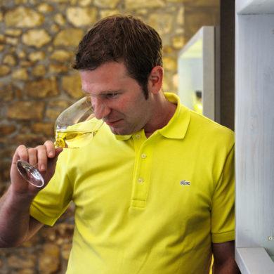 Mann, der an Weißwein riecht