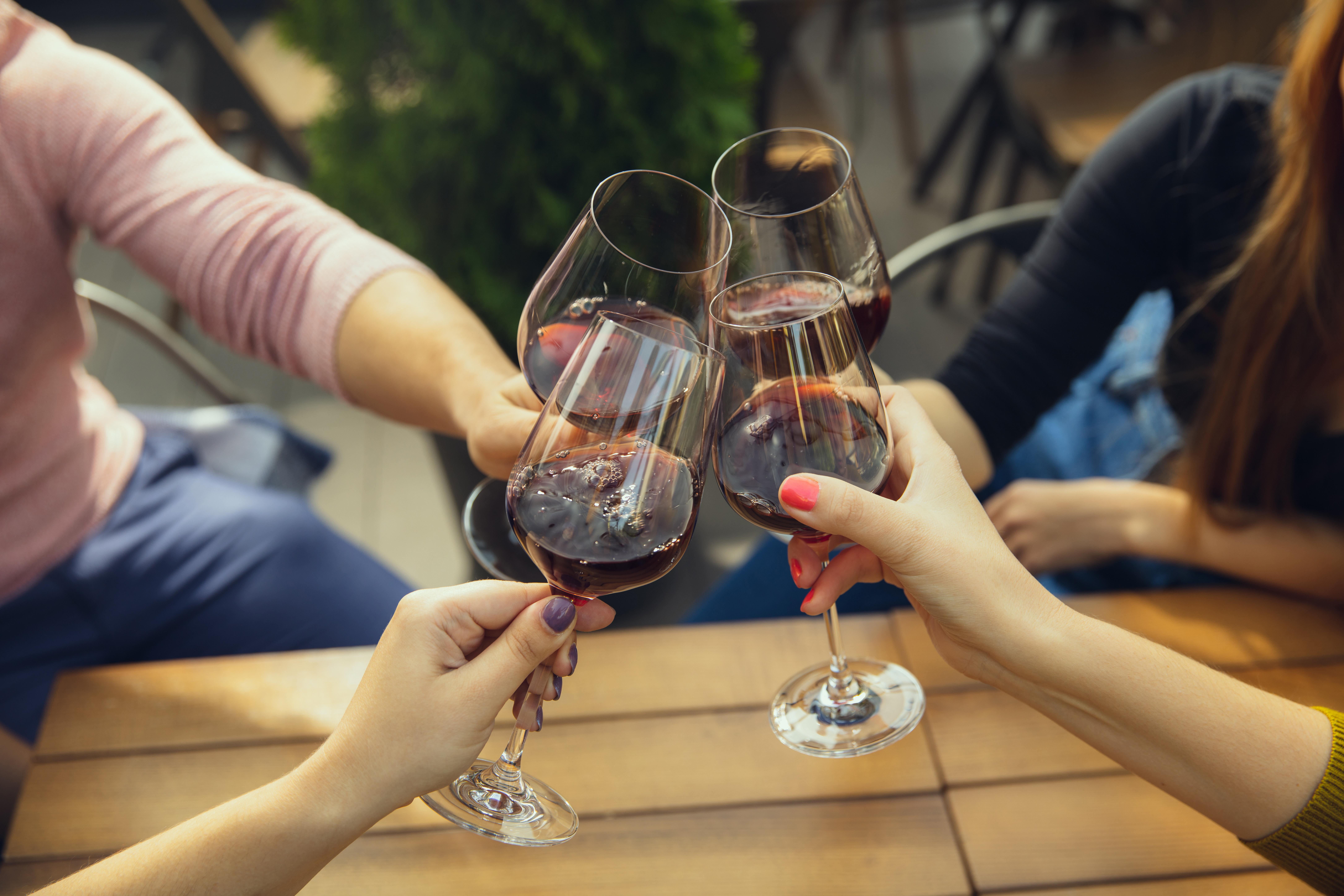 Anstoßen mit vier Weingläsern
