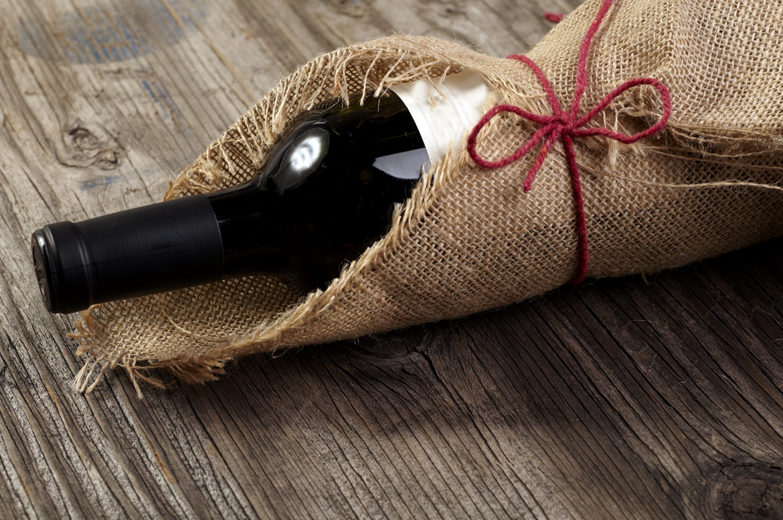 Rotweinflasche als Geschenk verpackt