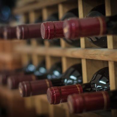 Weinregal gefüllt mit Rotweinflaschen
