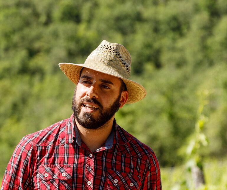 Mann mit Hut in Natur