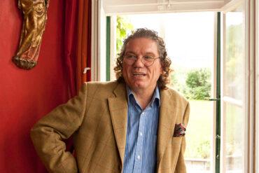 Mann mit Brille und Jacket