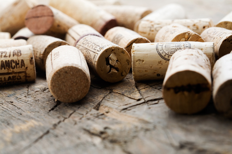 Mehrere Korken auf Holzbrett