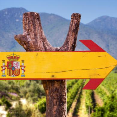 Spanische Flagge als Holzwegweiser in Pfeilform