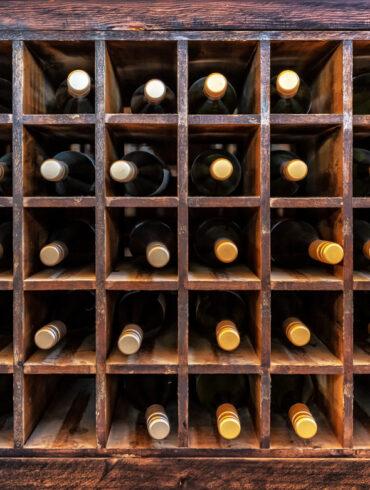 Weinflaschen in Regal
