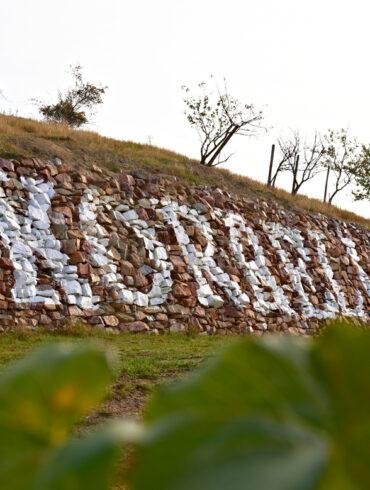 Bruchsteinmauer mit Beschriftung
