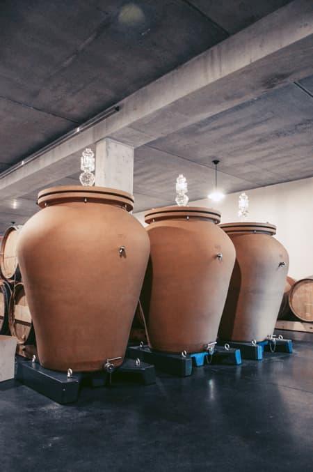 Drei Tonfässer in Lagerhalle