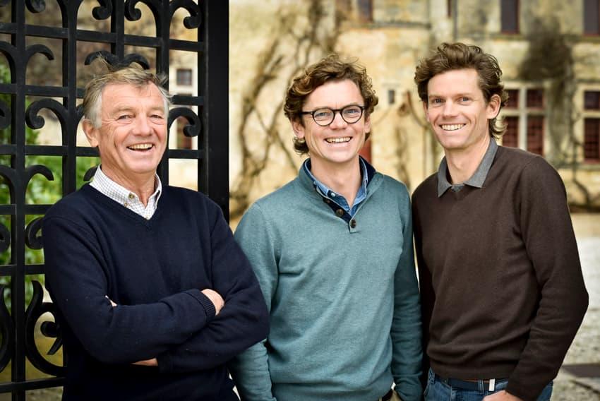 3 Männer vor Wand lachend