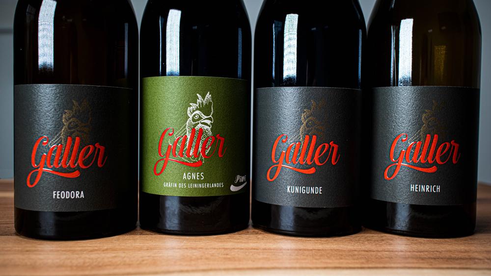 VIer Weinflaschen mit Etiketten