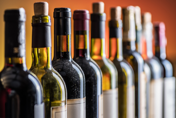 Verschiedene Weinflaschen in Reihe stehend