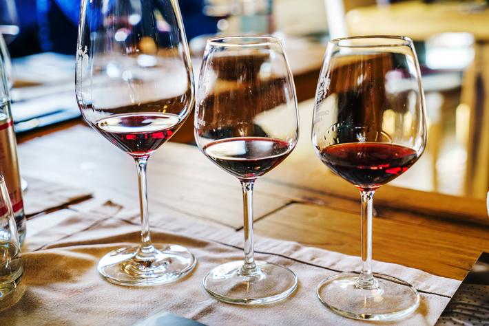 Drei Gläser mit Rotwein gefüllt