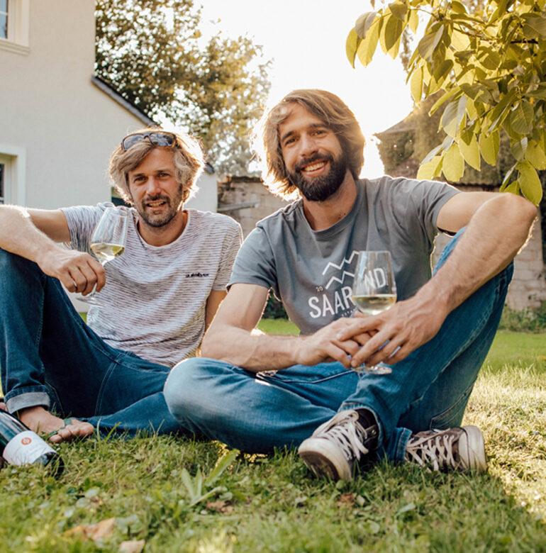 Zwei Männer auf Rasen sitzend